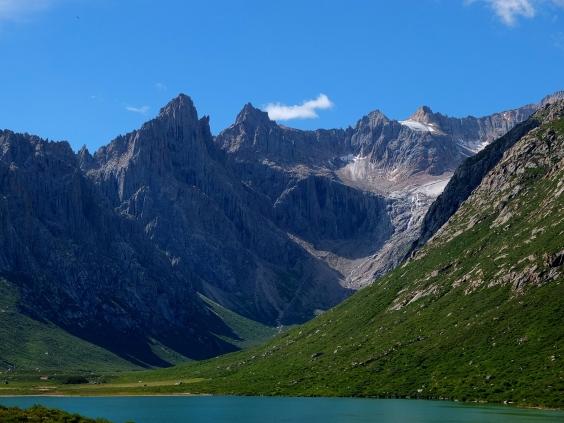 Nyenbo Yurtse mountain